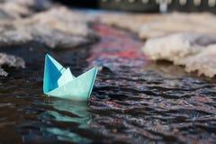 在水池的纸小船 免版税库存照片