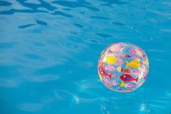 在水池的背景球 免版税库存照片