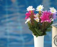 在水池的花花束 免版税库存图片