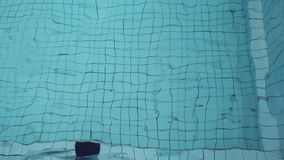 在水池的蓝色波浪水 股票录像