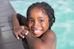 在水池的逗人喜爱的小女孩游泳 免版税库存照片