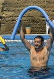 在水池的水上运动与水色哑铃 免版税库存照片