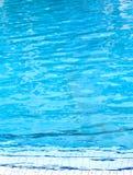 在水池的水表面 免版税库存照片