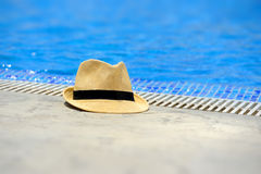在水池边缘的太阳帽子 免版税库存图片