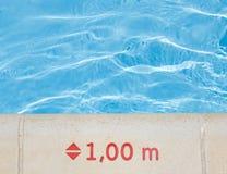 在水池边缘的水深度标记 免版税库存图片