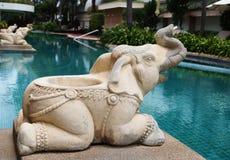 在水池附近的大象雕象 免版税库存照片