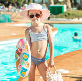 在水池附近的小逗人喜爱的女孩 免版税库存图片