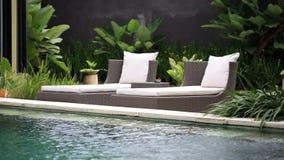在水池附近的轻便折叠躺椅 股票视频