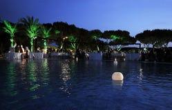 在水池,晚餐会,黄昏场面的被点燃的蜡烛 库存图片