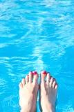 在水池水背景的脚  免版税库存图片