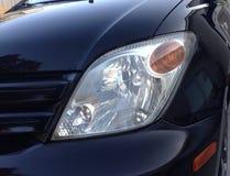 在黑汽车的车灯 免版税库存照片