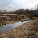在阴沉的春天河上的日落 免版税库存图片