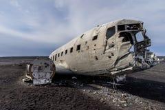 在黑沙子海滩的被碰撞的美国军队飞机在冰岛 图库摄影