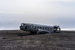 在黑沙子海滩的被碰撞的美国军队飞机在冰岛 免版税图库摄影