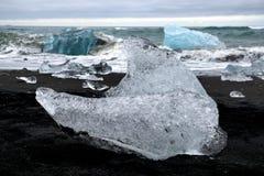 在黑沙子海滩,冰川盐水湖,冰岛的冰山 免版税库存图片