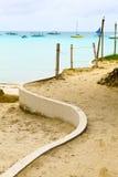 在黄沙海滩的白色方式在蓝色热带海, Philippin附近 免版税库存图片