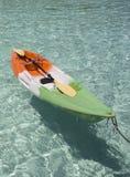 在水沙滩的五颜六色的塑料独木舟 安达曼海海岸  免版税图库摄影