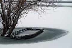 在冻河的小船 免版税库存图片