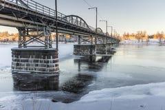 在冻河的桥梁在UmeÃ¥,瑞典 库存图片