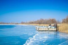 在冻河的码头 图库摄影