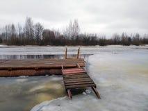 在冻河的码头 免版税图库摄影