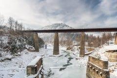 在冻河的铁路桥 33c 1月横向俄国温度ural冬天 库存图片