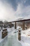 在冻河的铁路桥 33c 1月横向俄国温度ural冬天 免版税库存照片
