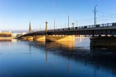 在冻河道加瓦河的桥梁在里加在冬天 库存照片