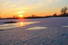 在冻河Dnieper的日落 免版税图库摄影
