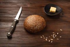 在黄油上添面包 免版税库存照片