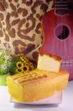 在黄油蛋糕涂黄油蛋糕和片断与尤克里里琴的 免版税图库摄影