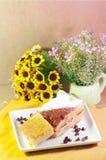 在黄油蛋糕涂黄油蛋糕和片断与尤克里里琴的 库存照片