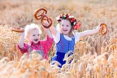 在巴法力亚服装的孩子在麦田 免版税库存照片