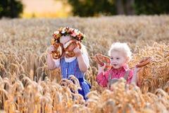 在巴法力亚服装的孩子在麦田 免版税图库摄影