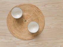 在织法盘子木头地板上的茶杯日本式 库存图片