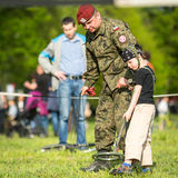 在年鉴波兰人国庆节期间,孩子在军事的示范时和救援设备 库存图片
