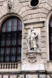 在1683年波兰战士的雕塑在霍夫堡宫在维也纳 图库摄影