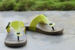 在水泥地板上的拖鞋 免版税库存照片