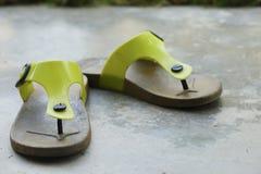 在水泥地板上的拖鞋 免版税库存图片