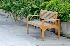 在水泥地板上的木椅子 免版税库存照片