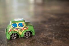 在水泥地板上的老玩具汽车 免版税库存图片