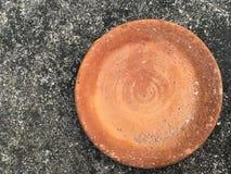 在水泥地板上的老黏土盘 免版税库存照片