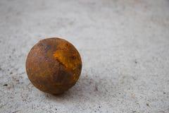 在水泥地板上的老petanque球 免版税库存图片