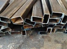 在水泥地板上的金属管 免版税库存照片