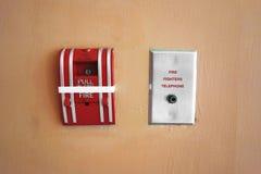 在水泥墙壁上的手摇火警器警告和保安系统的 免版税图库摄影