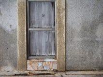 在水泥墙壁上的木门  图库摄影