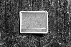 在水泥墙壁上的灰色极谱生锈的脏的老标志 库存图片