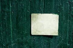 在水泥墙壁上的白色生锈的脏的老标志-与雨的纹理下垂背景 免版税库存图片