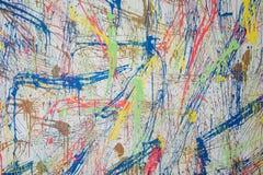 在水泥墙壁纹理背景的颜色飞溅 库存照片