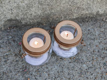 在水泥小路的两个守夜蜡烛烧伤 图库摄影